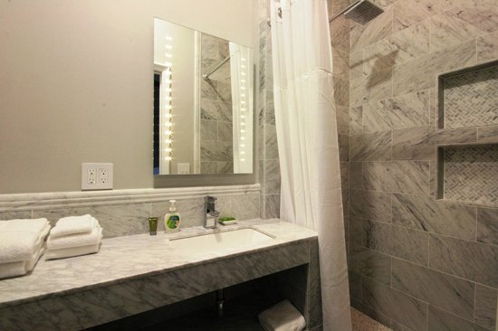 Monte Cristo Bed and Breakfast: Marble lined bathroom heated mirror towel warmer electric toilet washlet bidet