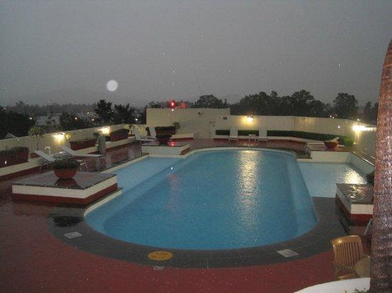 Guadalajara Plaza Expo: Lugar de la piscina, con lluvia, vista espectacular