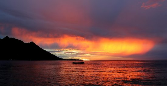 Sunset Opunohu Bay-Moorea-Fare Vaihere