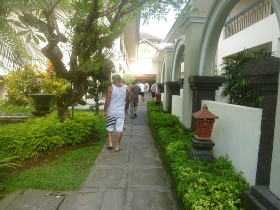 Legian Paradiso Hotel: Loojing towards front of hotel from garden area