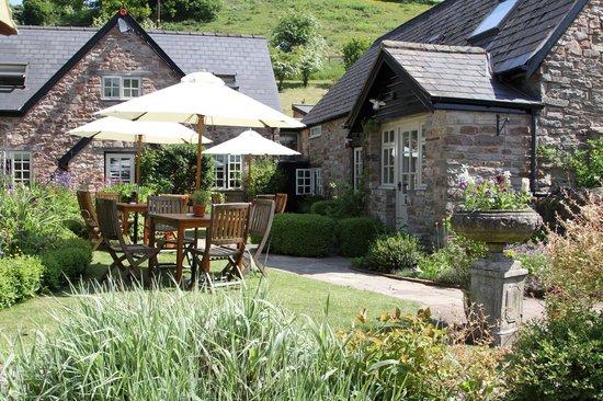 Tudor Farmhouse Hotel: Garden area