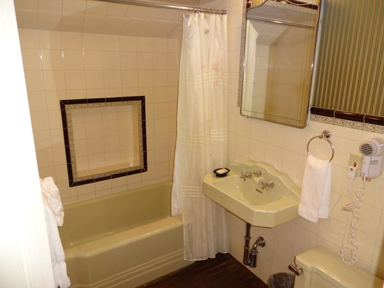 Ivy Manor Inn: The antique private bath