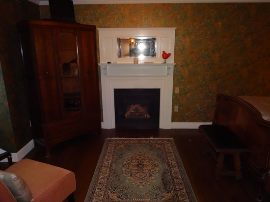 Ivy Manor Inn: The automatic gas fireplace