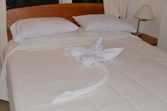 Angermeyer Waterfront Inn: Well decorated bed