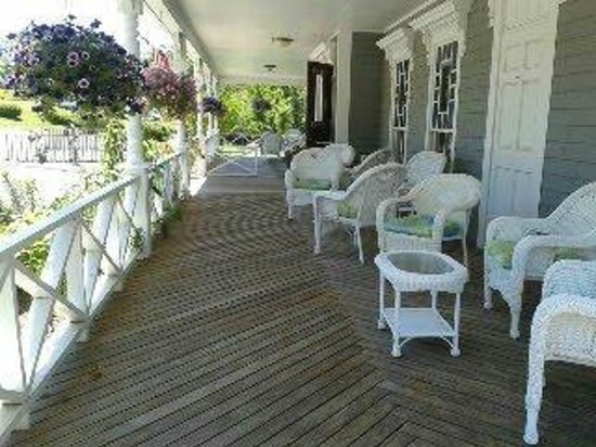 The 1661 Inn: Lovely front porch to sit, relax and people watch