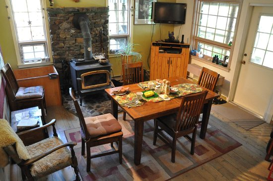 Mountain Springs Nature Retreat Lodging: Our breakfast awaits!