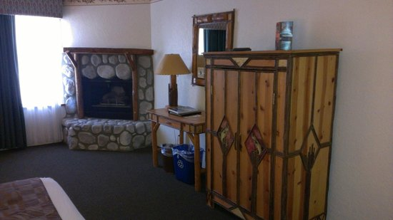 The Lodge at Big Bear Lake, a Holiday Inn Resort: Fireplace in King Bed room