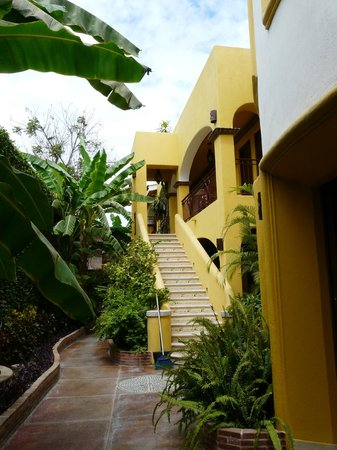 El Encanto Inn & Suites Boutique Hotel: Stairs to second level of the Annex