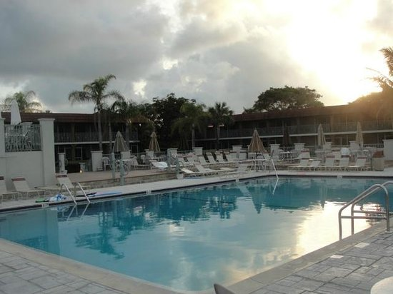 West Wind Inn: The pool after sunrise