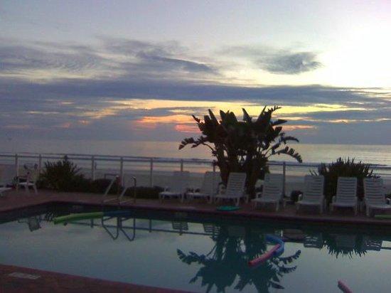 Days Inn Daytona Oceanfront: Ocean Front Deck Sunrise