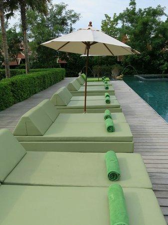 Siripanna Villa Resort & Spa: Pool lounges