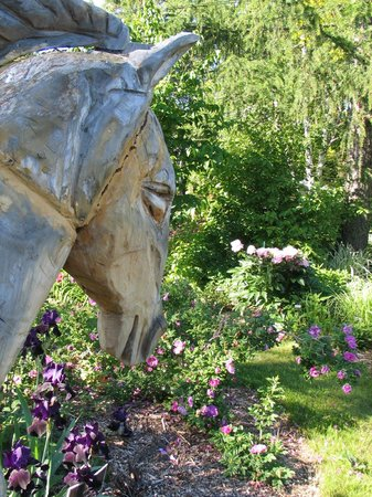 Century House Bed and Breakfast: Wooden Horse in the garden