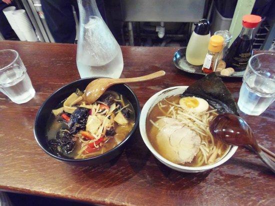 Fufu: 左 野菜ラーメン、右 ラーメン