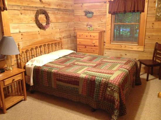 Country Road Cabins: Downstairs bedroom