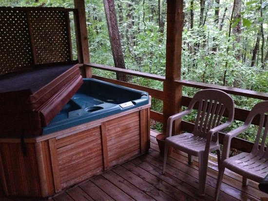 Country Road Cabins: Back deck and hot tub...see the trees!