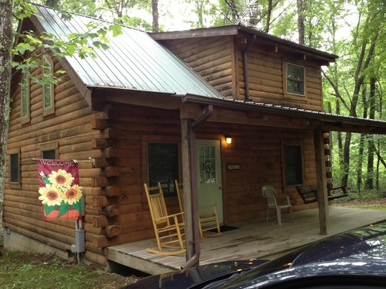 Country Road Cabins : Front of the cabin