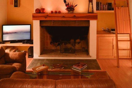 Santa Fe La Casa: Sala con chimenea y pantalla con programación HD.