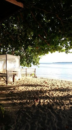 Bobocha Cottages Siladen: Bamboo daybed on the beach