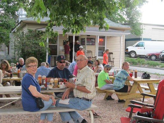 Georgia Boys BBQ : nice shade trees over the picnic table eating area