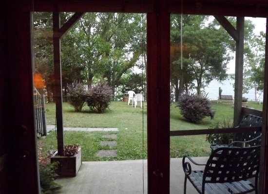 Red Bud Cove Bed and Breakfast Suites: The lake and grounds right out through the front door.
