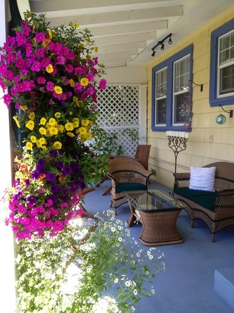 The Carlton Inn Bed & Breakfast : Patio Flowers