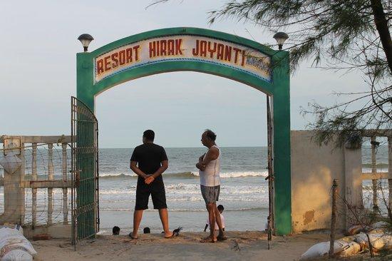 Resort Hirak Jayanti : The sea view from the resort back gate..