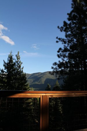 Mazama Country Inn: Main deck view