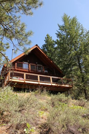 Mazama Country Inn: Front of cabin