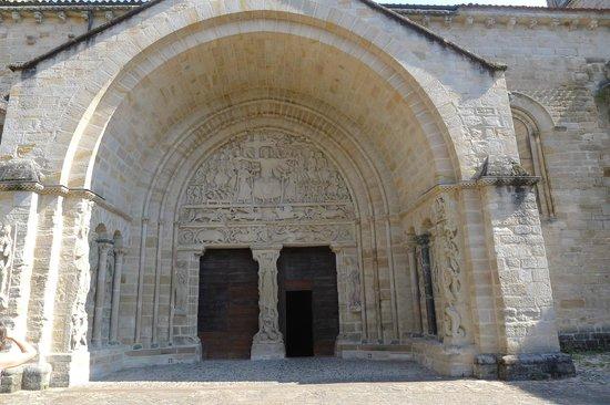 Hotel le Turenne : fronton de l'église de beaulieu sur dordogne