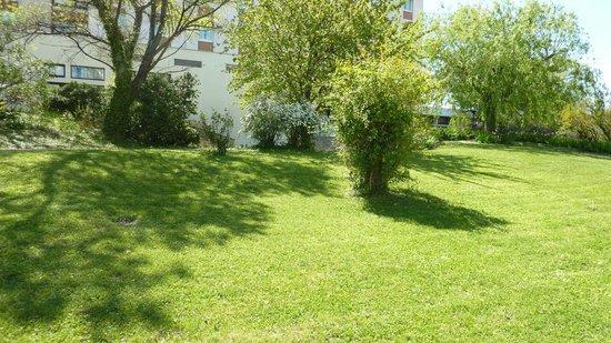 Ibis Budget Arles Palais des Congres: green area behind hotel
