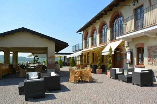 Il Vigneto: Il davanti con la tettoia per l'aperitivo e sullo sfondo la terrazza col ristorante