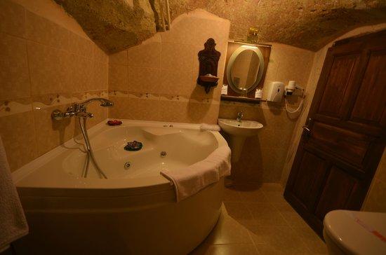 Cappadocia Abras Cave Hotel: whirlpool bathroom