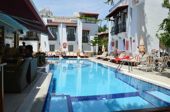 Hotel Istankoy Bodrum: pool by day
