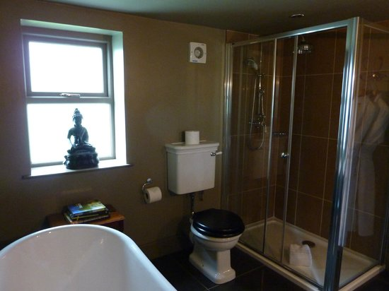 The Ashton: En suite bathroom
