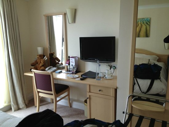 Hotel Penzance : TV and desk area