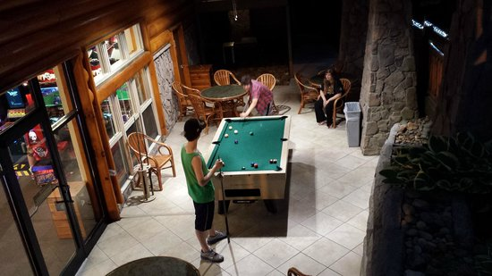 Westgate Smoky Mountain Resort & Spa: Pool table/game room area