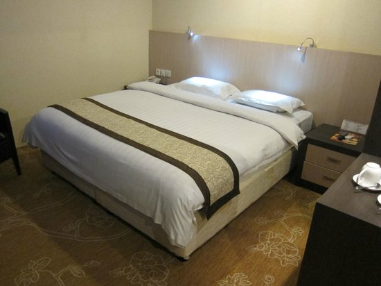 Hermes Palace Hotel Medan - Managed By BENCOOLEN: fine sheets & quilt - Hermes Palace Hotel Medan