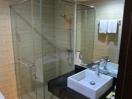 Hermes Palace Hotel Medan - Managed By BENCOOLEN: fully modern bathrooms - Hermes Palace Hotel Medan