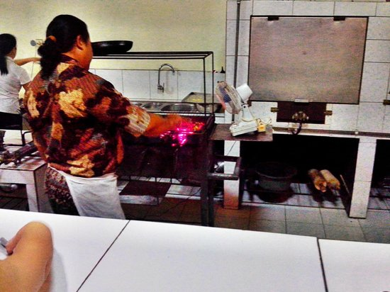Le Jaenzan Restaurant: chef is grilling the pork ribs