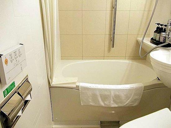 Hotel Nihonbashi Saibo: 卵型の浴槽と洗浄便座のリモコン