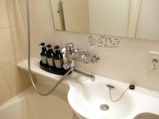 Hotel Nihonbashi Saibo: 定量止水付水栓とシャンプー類