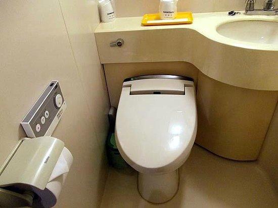 Takamatsu Peal Hotel : 洗浄便座とリモコン