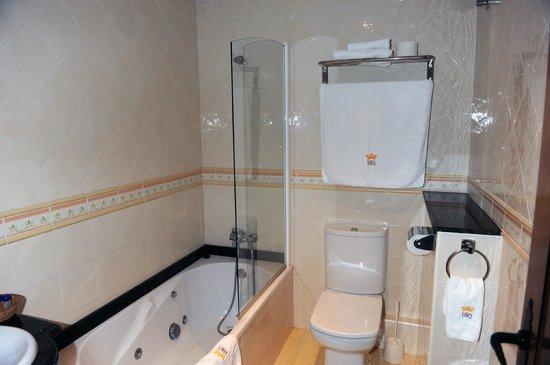 Hotel Restaurant Verdia: Baño con bañera de hidromasaje