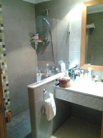 Hotel Golf Beach & Spa: Salle de bain avec douche italienne