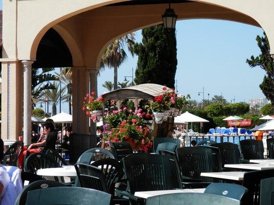 Hotel Pueblo Camino Real : Le coin bar et animation, la piscine derrière