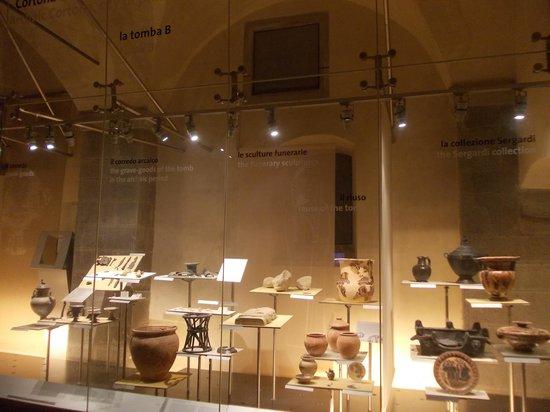 MAEC - Museo dell'Accademia Etrusca : accademia etrusca - vetrina reperti 1