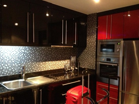 Absolute Bangla Suites: Kitchen area with full facilities