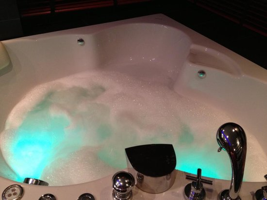Absolute Bangla Suites: In-room jacuzzi