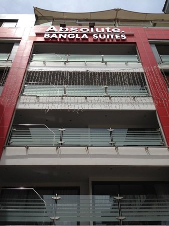 Absolute Bangla Suites: Front view of the hotel from Soi Bangla