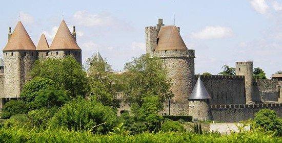 Le Jardin de la Cite : View from the garden to La Cite